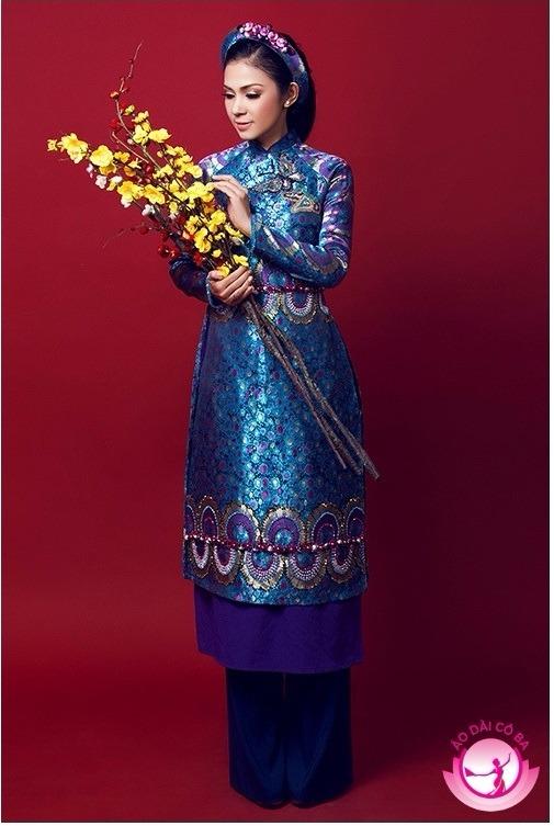 Việt Trinh rạng rỡ trong áo dài gấm