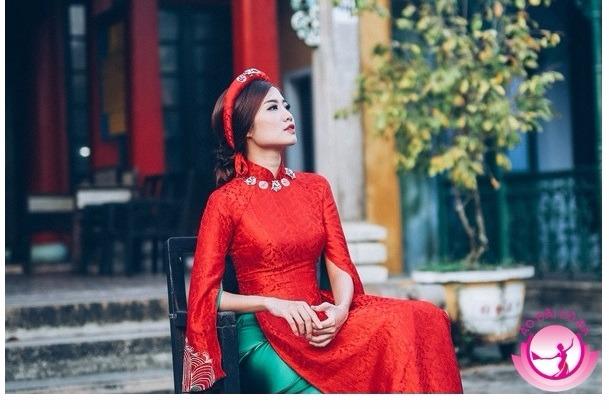 Ninh Hoàng Ngân sang trọng với áo dài gấm