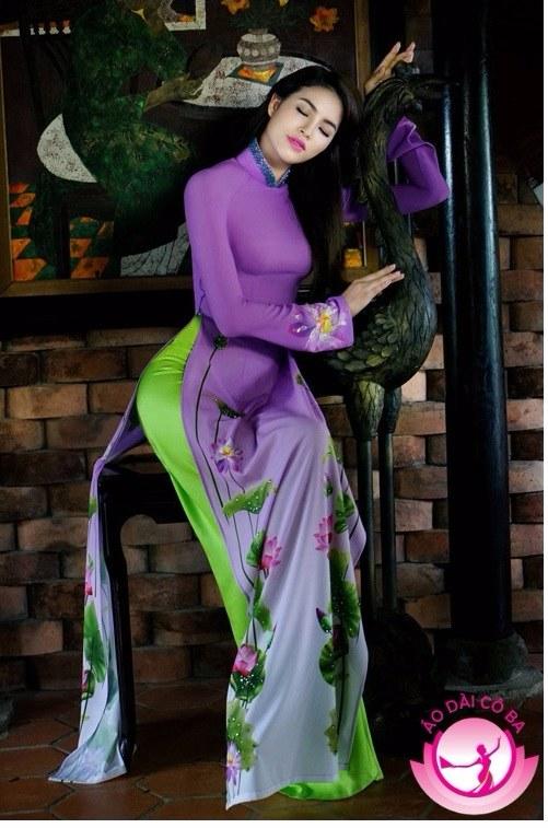 Phạm Hương đẹp nao lòng khi diện áo dài họa tiết hoa sen