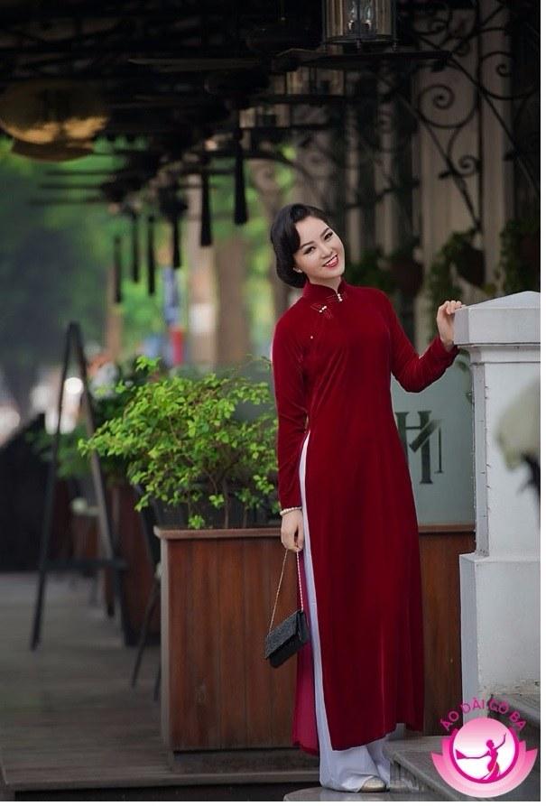 Áo nhung đỏ trầm mang đến cho quý cô vẻ đẹp như những cô gái Hà Nội thời xưa