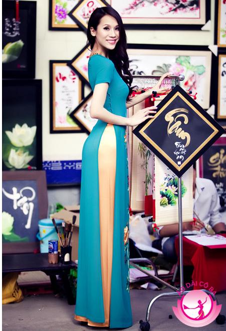 Thái Hà nổi bật giữa phố Tết với áo dài tay ngắn