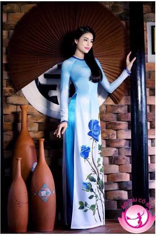 Phạm Hương đằm thắm, dịu dàng với áo dài truyền thống