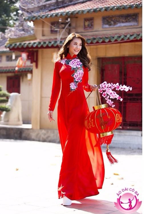 Nữ sinh duyên dáng bên áo dài truyền thống