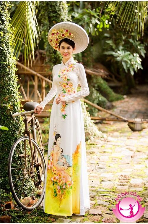 Áo dài lụa trắng cùng họa tiết hoa tươi sáng