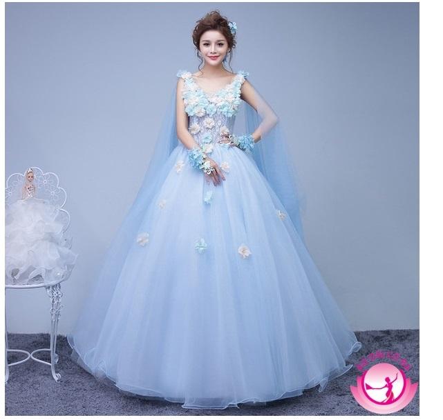 Chiếc áo cưới màu xanh ngọc tươi trẻ với kiểu dáng xòe bồng