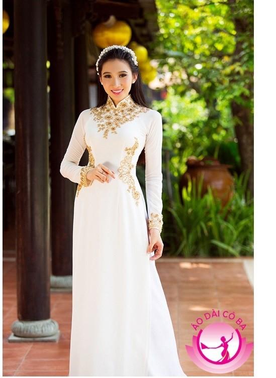 Áo dài màu trắng với họa tiết nhấn mạnh phần cổ và eo