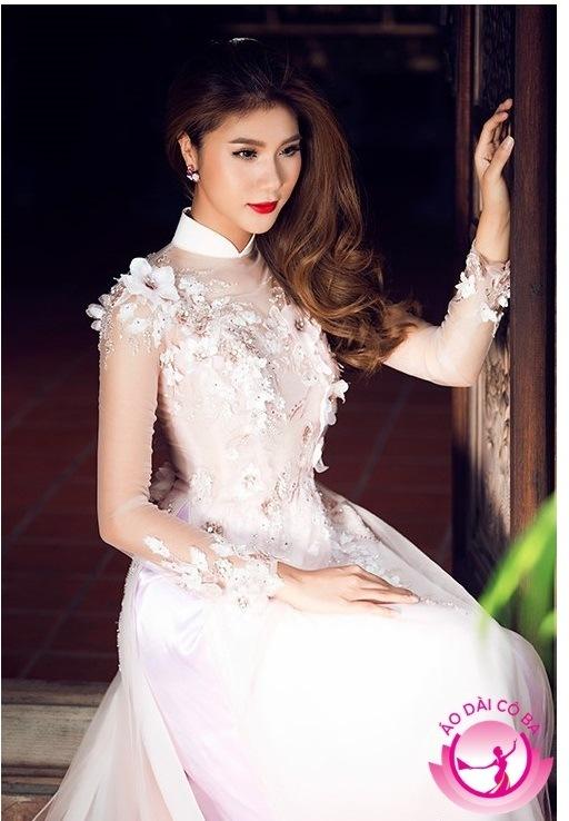 Áo dài màu trắng đính đá cới họa tiết hoa