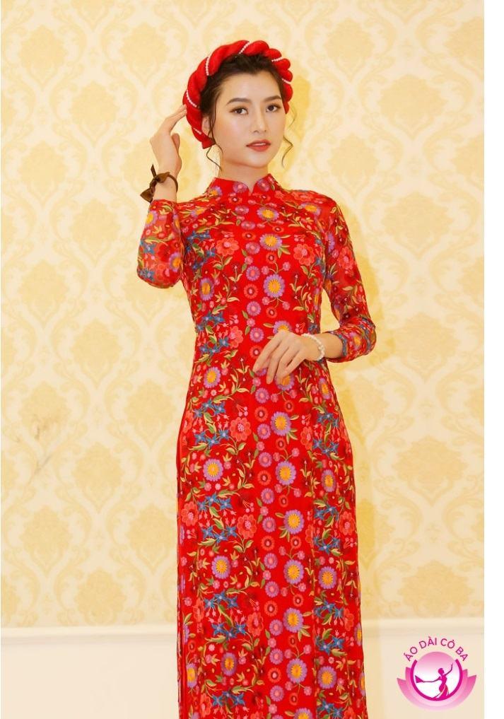 Áo dài cưới màu đỏ và họa tiết in hoa nổi bật