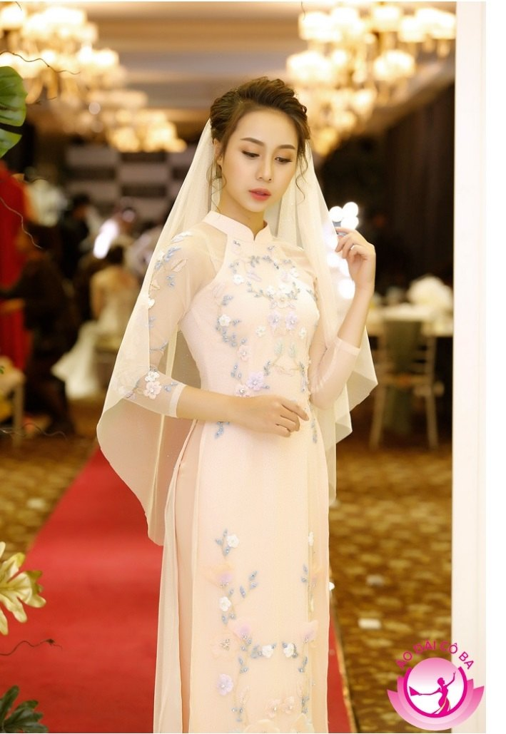 Áo dài cưới màu hồng nhạt khiến người mặc vừa nhẹ nhàng, nữ tính lại vừa nổi bật.